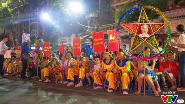 Rộn ràng trống lân đêm Trung thu phố cổ Hà Nội - Ảnh 1.