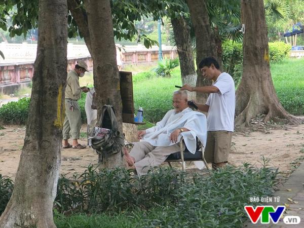 Hà Nội: Di chuyển hàng cây xanh phố Kim Mã, người dân tiếc hùi hụi - Ảnh 5.