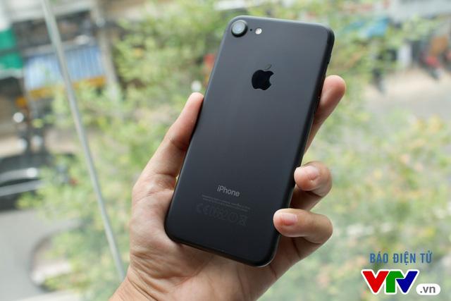 iPhone 7 giảm giá mạnh, iPhone 7 Plus bị đội giá gần 60 triệu - Ảnh 1.