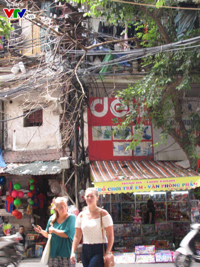 Nguy cơ cháy nổ từ những tổ nhện trên đường phố Hà Nội - Ảnh 6.