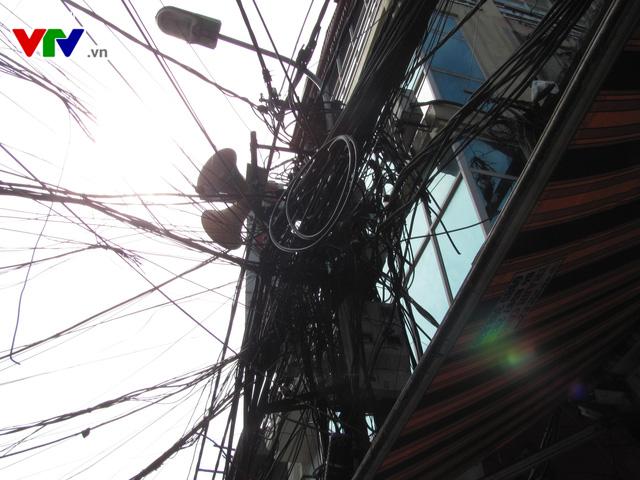 Nguy cơ cháy nổ từ những tổ nhện trên đường phố Hà Nội - Ảnh 7.
