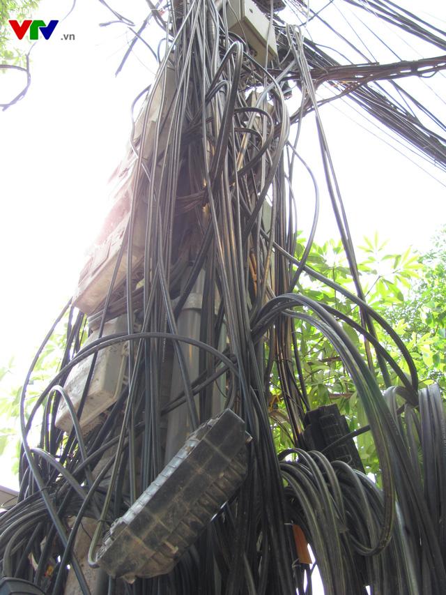 Nguy cơ cháy nổ từ những tổ nhện trên đường phố Hà Nội - Ảnh 11.