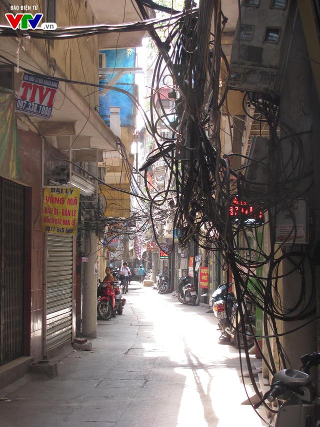 Nguy cơ cháy nổ từ những tổ nhện trên đường phố Hà Nội - Ảnh 12.