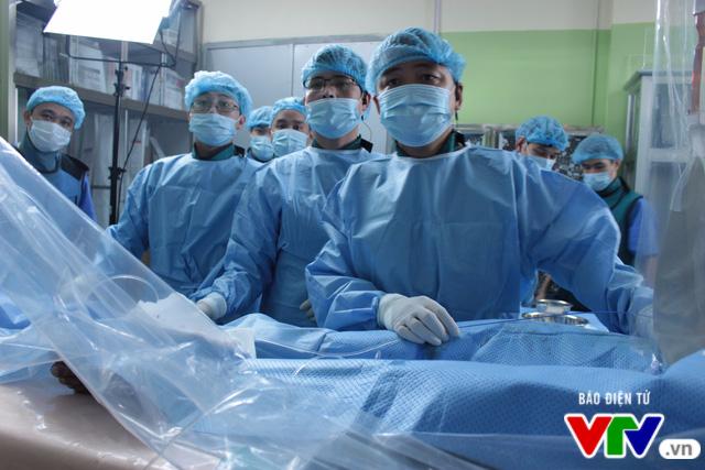 Can thiệp các ca bệnh tim phức tạp trực tuyến Việt Nam - Hong Kong - Ảnh 1.