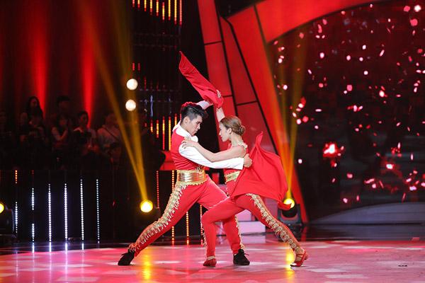 Đây là cách thí sinh Bước nhảy ngàn cân làm khán giả ngỡ ngàng khi nhảy với... bồn tắm - Ảnh 7.