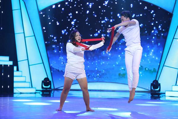 Đây là cách thí sinh Bước nhảy ngàn cân làm khán giả ngỡ ngàng khi nhảy với... bồn tắm - Ảnh 3.