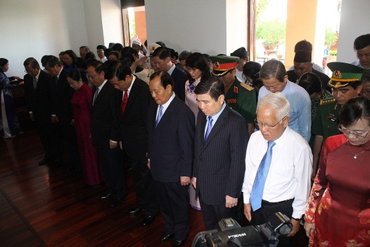 Dâng hương tưởng niệm Chủ tịch Hồ Chí Minh và Chủ tịch Tôn Đức Thắng tại TP.HCM - Ảnh 1.