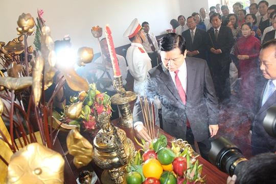Dâng hương tưởng niệm Chủ tịch Hồ Chí Minh và Chủ tịch Tôn Đức Thắng tại TP.HCM - Ảnh 2.