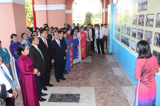 Dâng hương tưởng niệm Chủ tịch Hồ Chí Minh và Chủ tịch Tôn Đức Thắng tại TP.HCM - Ảnh 3.