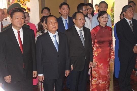 Dâng hương tưởng niệm Chủ tịch Hồ Chí Minh và Chủ tịch Tôn Đức Thắng tại TP.HCM - Ảnh 4.