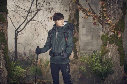 Lee Min Ho tình tứ bên người khác, Suzy lẻ loi một mình - Ảnh 1.