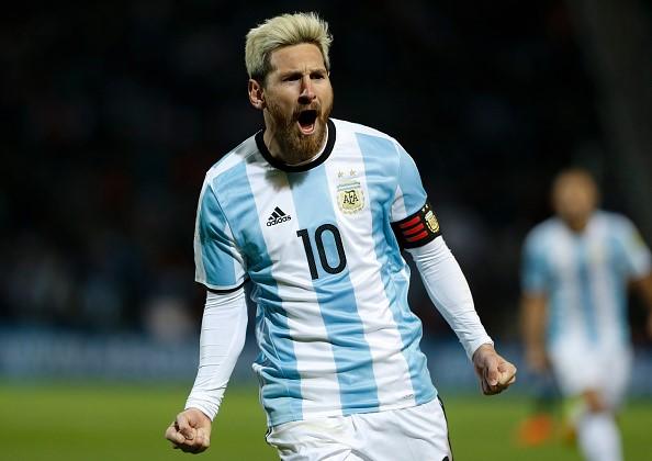 Messi tái xuất, Argentina chiếm ngôi đầu - Ảnh 1.