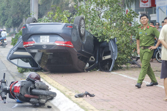 Ô tô 4 chỗ lao lên vỉa hè lật ngửa, 1 người bị thương nặng - Ảnh 1.