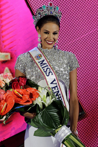 Nhan sắc xinh đẹp của Hoa hậu Hoàn vũ Venezuela 2016 - Ảnh 5.