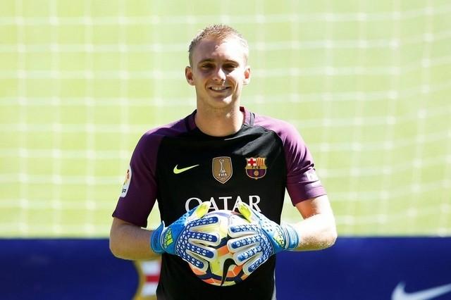 Liverpool chồng tiền mua thủ thành Barcelona thay Karius - Ảnh 1.