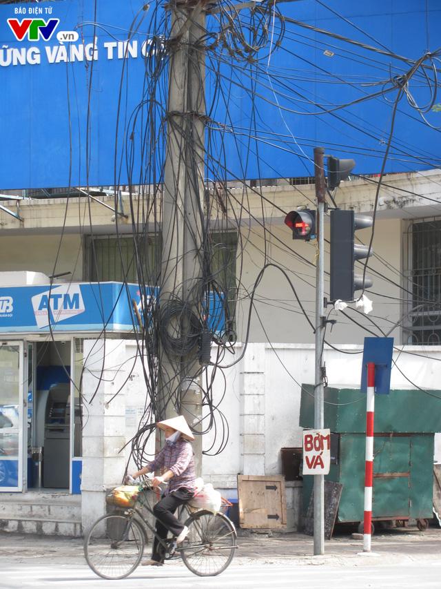 Nguy cơ cháy nổ từ những tổ nhện trên đường phố Hà Nội - Ảnh 8.