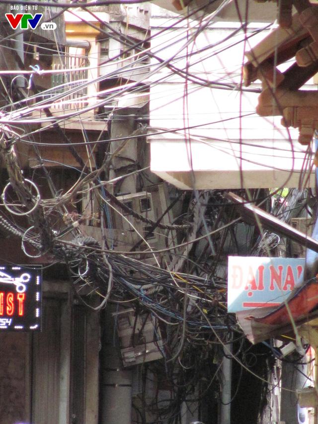Nguy cơ cháy nổ từ những tổ nhện trên đường phố Hà Nội - Ảnh 4.