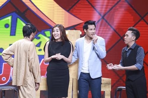 Xuân Bắc được diễn viên trẻ hôn trên sân khấu Nhà cười - Ảnh 1.