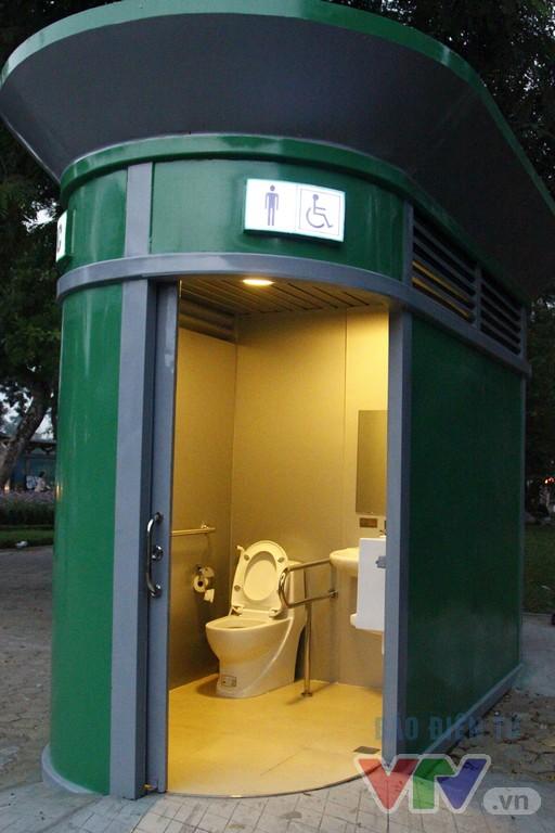 Cận cảnh nhà vệ sinh công cộng xanh, sạch, tiết kiệm ở Hà Nội - Ảnh 4.