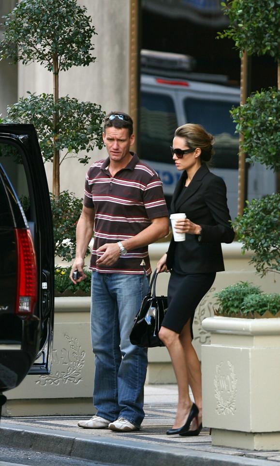 Cựu vệ sĩ nhà Jolie-Pitt xin nghỉ việc vì kiệt sức - Ảnh 1.