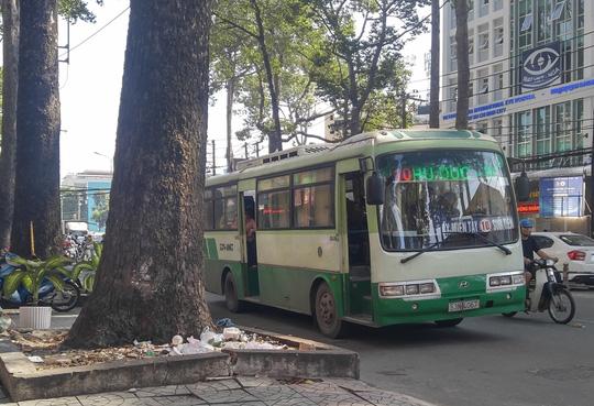 Cấm hành nghề tài xế xe bus tấn công người đi đường - Ảnh 1.