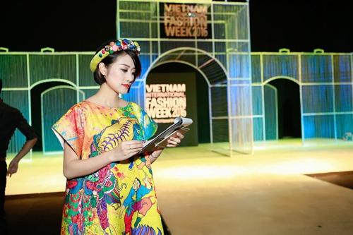 MC Phí Linh cá tính, đầy biến hóa tại Vietnam International Fashion Week - Ảnh 10.