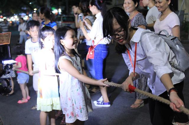 Phố đi bộ tại Hà Nội: Các điểm vui chơi giải trí còn hạn chế - Ảnh 2.