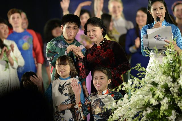 Lễ khai mạc Festival Áo dài Hà Nội 2016: Hội tụ tinh hoa của vẻ đẹp truyền thống Việt Nam - Ảnh 1.
