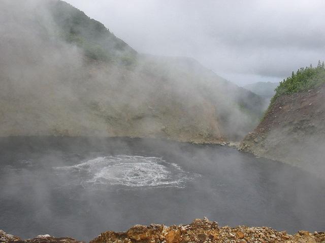 Hồ nước sôi sùng sục quanh năm: Nguy hiểm nhưng vẫn hút khách - Ảnh 1.