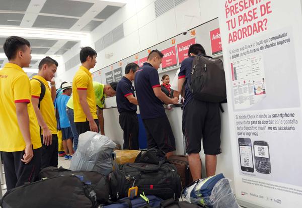 Tuyển Futsal Việt Nam đã có mặt tại Medellin sau hơn nửa ngày di chuyển - Ảnh 1.