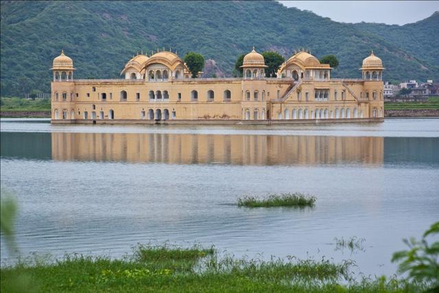 Cung điện lộng lẫy ngập trong hồ nước quanh năm - Ảnh 1.