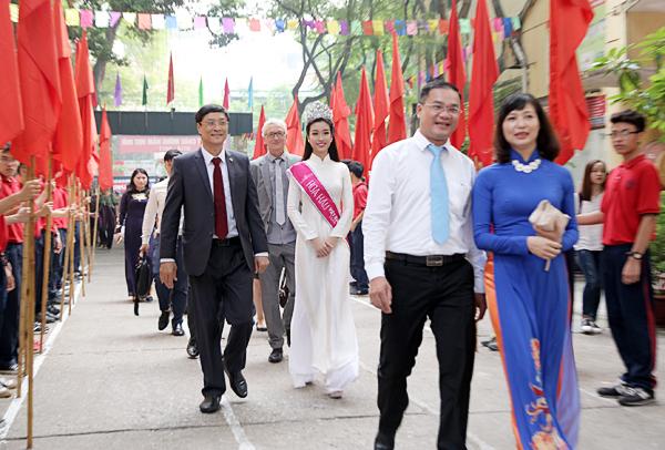 Tân Hoa hậu Mỹ Linh tươi tắn dự lễ khai giảng trường cũ - Ảnh 1.