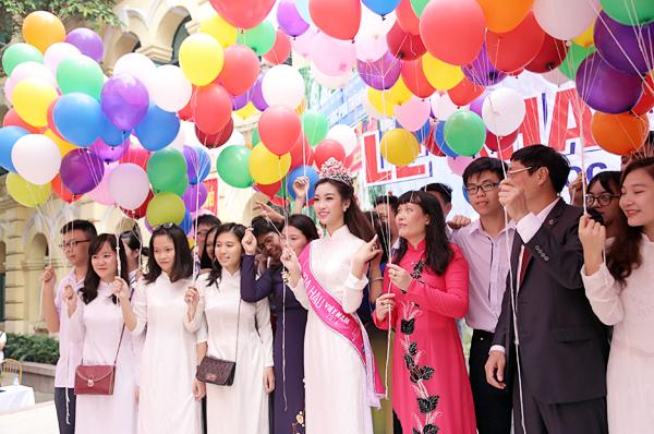 Tân Hoa hậu Mỹ Linh tươi tắn dự lễ khai giảng trường cũ - Ảnh 6.