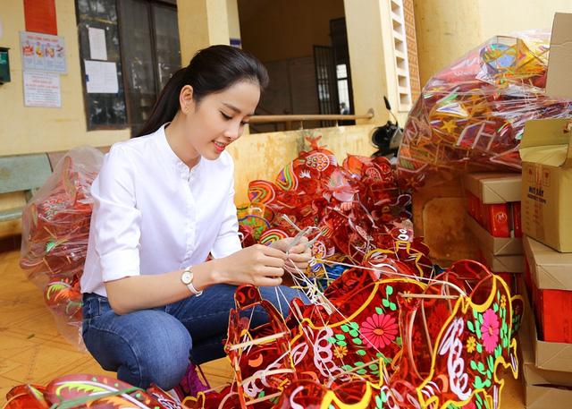 Hoa khôi Nam Em vượt 300km mang trung thu đến với trẻ em KHo - Ảnh 1.
