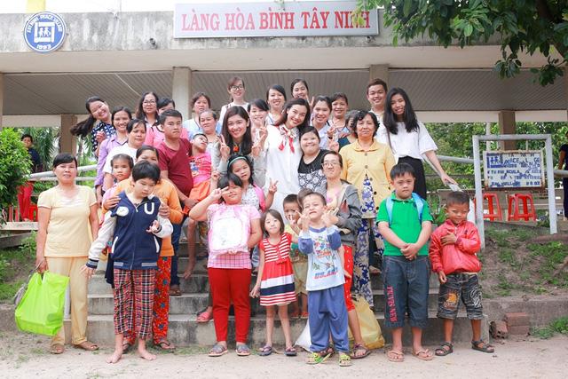 Á hậu Hoàng Oanh, Thuỳ Dung mang trung thu về với trẻ khuyết tật Tây Ninh - Ảnh 1.