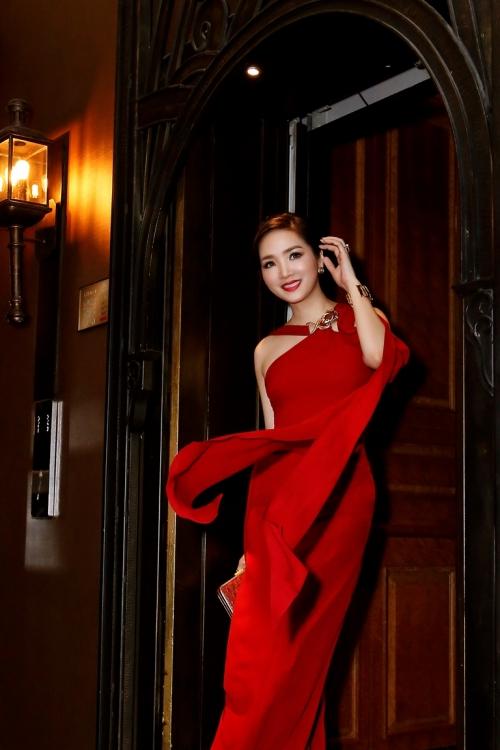 Giáng My diện váy đỏ rực lấn át cả dàn thí sinh - Ảnh 1.