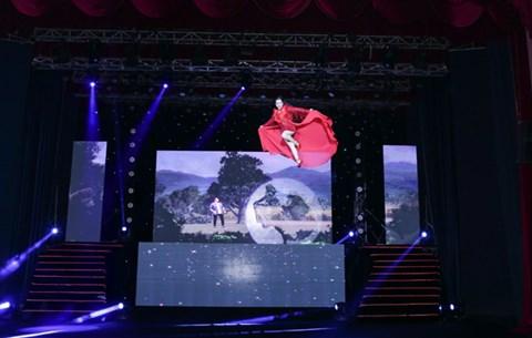 Minh Trang Ly Ly khóc trong liveshow khi hát ca khúc về cha - Ảnh 1.