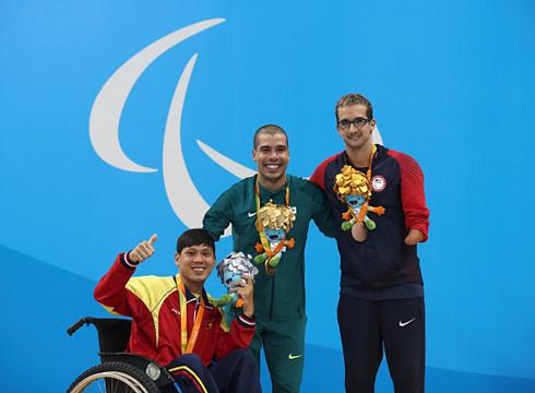 """Bộ trưởng thưởng """"nóng"""" 2 VĐV giành huy chương Paralympic - Ảnh 1."""