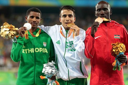 VĐV Paralympic chạy nhanh hơn nhà vô địch Olympic 2016 - Ảnh 1.