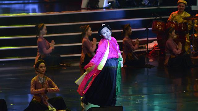 Xuân Hinh múa hầu đồng khiến khán giả choáng ngợp - Ảnh 3.