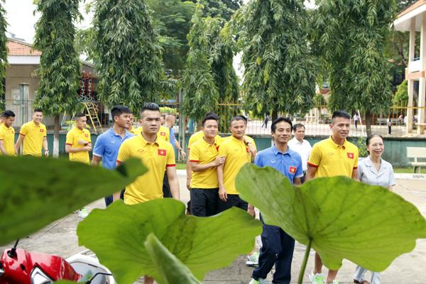 ĐTQG Việt Nam thăm làng trẻ SOS: Tiếp thêm động lực từ những vòng tay yêu thương - Ảnh 1.