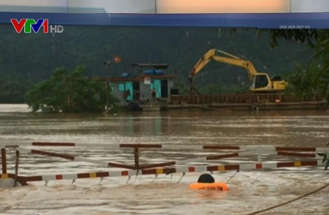 Những hình ảnh gây xúc động trong mưa lũ tại miền Trung - Ảnh 2.