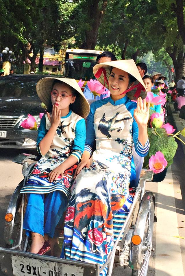 Dàn nghệ sĩ gạo cội diễu hành áo dài trên các tuyến phố Hà Nội - Ảnh 1.