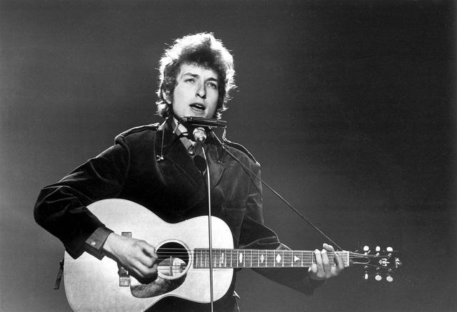 Nhìn thấy gì từ việc một nhạc sĩ được trao Nobel Văn học? - Ảnh 1.