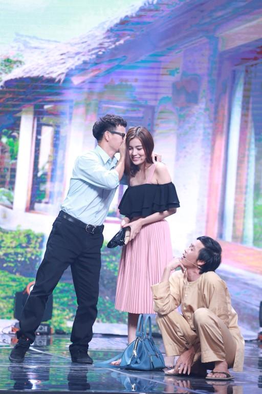 Xuân Bắc được diễn viên trẻ hôn trên sân khấu Nhà cười - Ảnh 10.