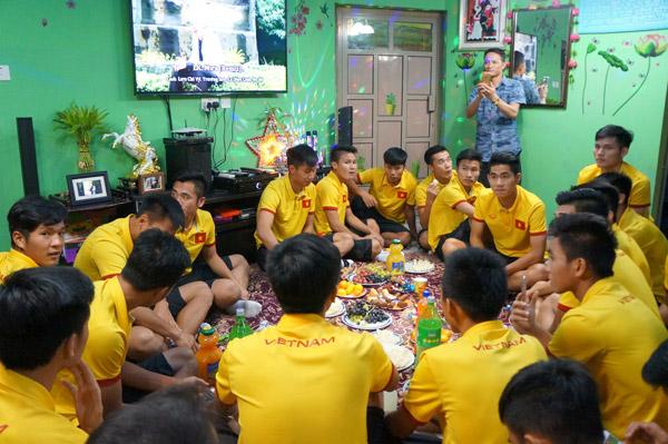 U19 Việt Nam giao lưu và tri ân cộng đồng người Việt tại Bahrain - Ảnh 1.