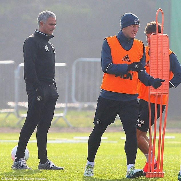 Mourinho bất ngờ gỡ cấm vận với Schweinsteiger - Ảnh 2.