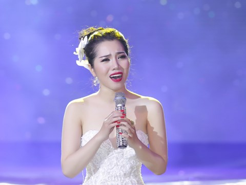 Minh Trang Ly Ly khóc trong liveshow khi hát ca khúc về cha - Ảnh 10.