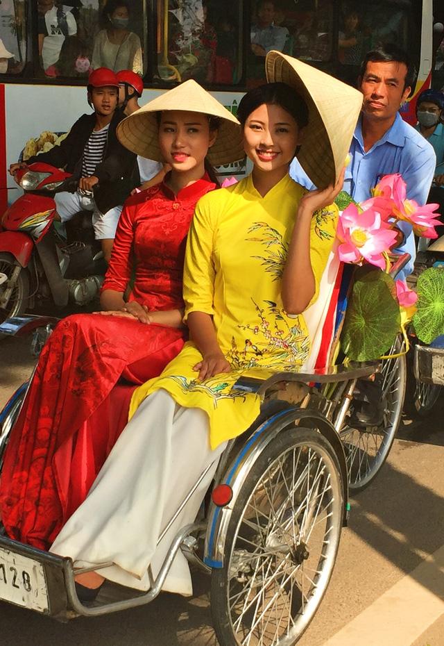 Dàn nghệ sĩ gạo cội diễu hành áo dài trên các tuyến phố Hà Nội - Ảnh 11.
