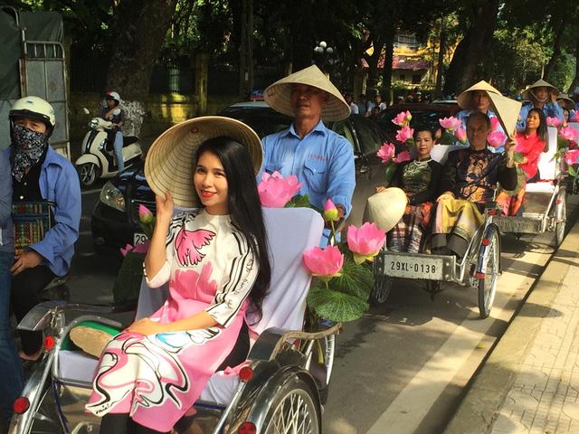 Dàn nghệ sĩ gạo cội diễu hành áo dài trên các tuyến phố Hà Nội - Ảnh 12.